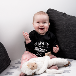baby-tshirt-wake-up-and-be-awesome-zwart