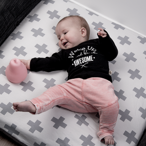 baby-tshirt-wake-up-and-be-awesome-zwart2